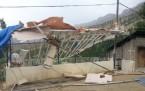 Derecik Beldesi'nde rüzgar çatıları uçurdu