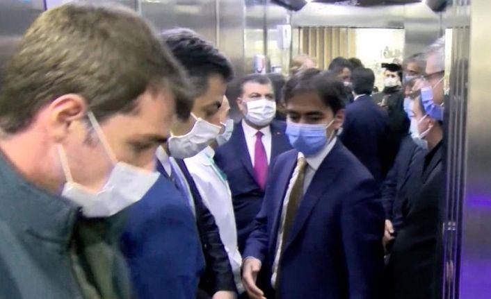 Sağlık Bakanı Fahrettin Koca 9 kişiyle asansöre bindi