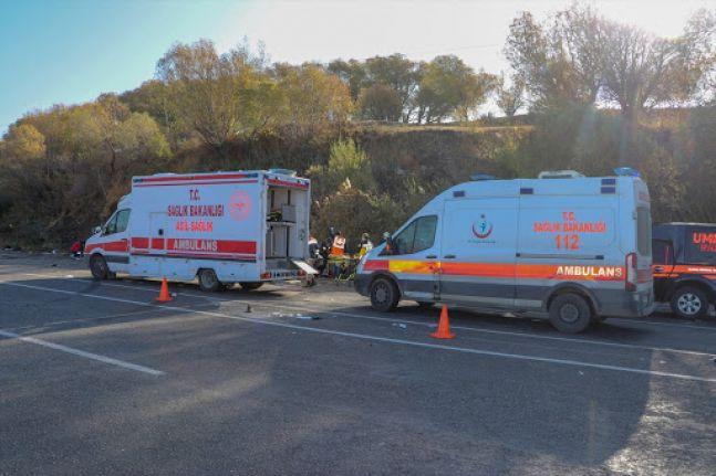 Van'da göçmenleri taşıyan minibüs kaza yaptı: 2 ölü, 31 yaralı