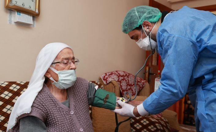 90 yaş ve üzeri evlerinde aşılanmaya başlandı