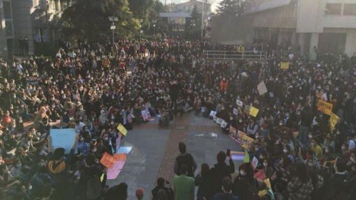 Boğaziçi Üniversitesi öğrencileri ev baskınlarıyla gözaltına alındı