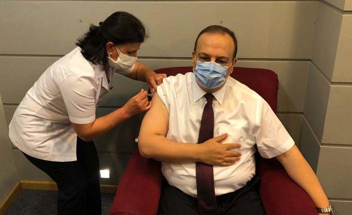 Bursa valisi Canbolat, Kovid-19 aşısının ikinci dozunu oldu