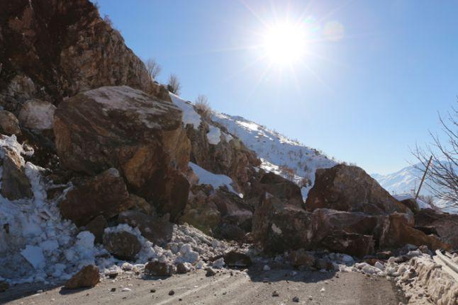 Şemdinli - Yüksekova kara yolu, 4 saat çalışmaların ardından ulaşıma açıldı