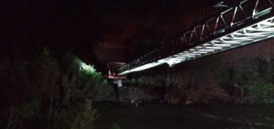 Şemdinli'de mahsur kalan 5 yol yapım işçisi, itfaiye merdiveniyle kurtarıldı