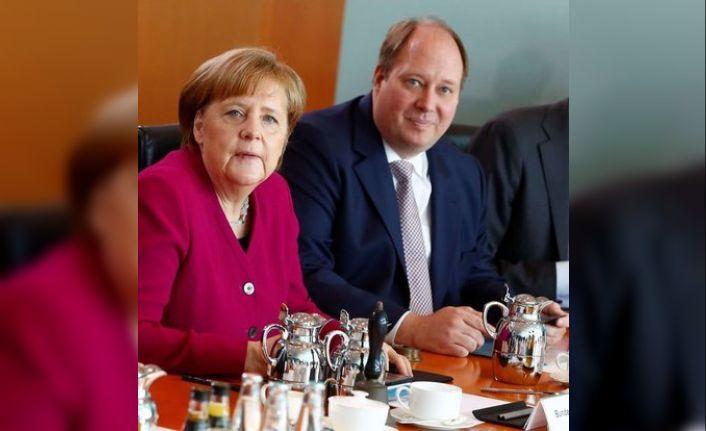 Merkel'in yardımcısından 'günde 100 bin vaka' uyarısı