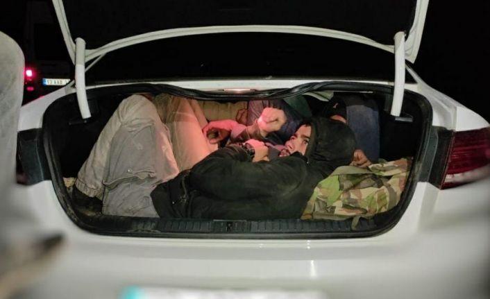 Bitlis'te 2 otomobilden 29 kaçak göçmen çıktı
