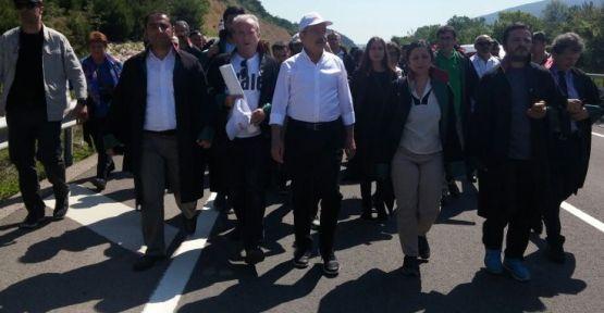 Avukatlar cübbeleriyle Adalet Yürüyüşü'nde