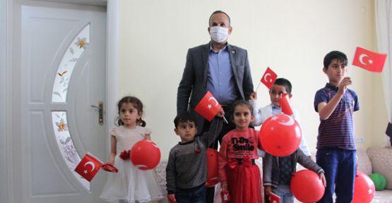 Başkan Saklı, çocukları evlerinde ziyaret edip bayramlarını kutladı