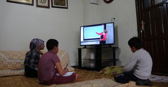 Başkanı Saklı, derslerini takip edemeyen 2 kardeşe televizyon hediye etti