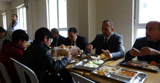 Belediye Başkanı Saklı Öğrenci Yurdunda Öğrencilerle Yemek Yedi