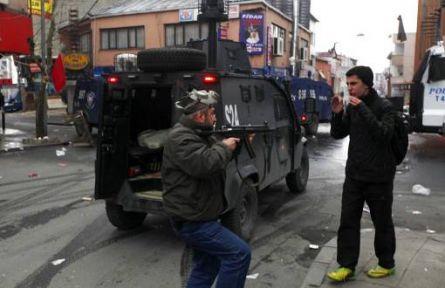 Berkin Elvan Anmasında Polis Sivillere Silah Doğrulttu