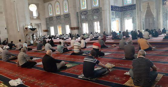 Camiler cemaatle namaza açılıyor