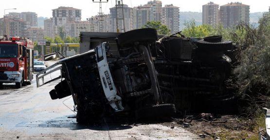 Çöp kamyonu bariyere çarpıp devrildi; 2 ölü