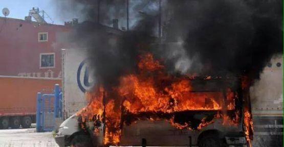 Erzurum'da HDP'lilerin araçları yakılıyor