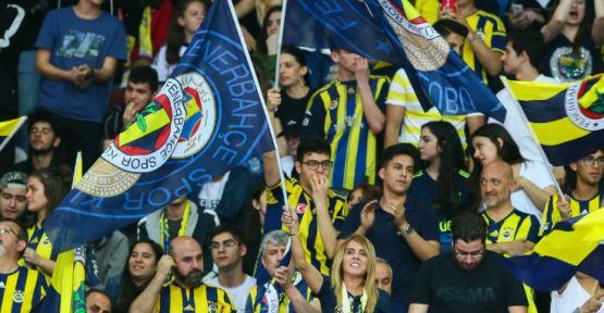 Fenerbahçe'nin bağış gecesinde bir Galatasaraylı, 100 adet forma aldı