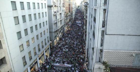 Filistin'deki katliam Taksim'de protesto edildi