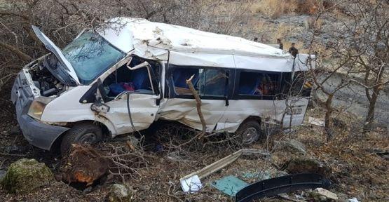 Hakkari'de minibüs şarampole yuvarlandı: 2 ölü, 10 öğrenci yaralı