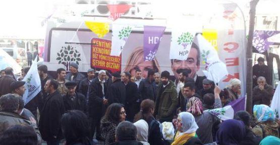 HDP ve  BDP seçim aracına taşlı saldırı