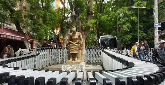 İnsan Hakları Anıtı 'sanatı korumak' için gözaltındaymış