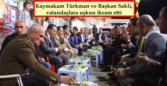 Kaymakam Türkman ve Başkan Saklı, vatandaşlara uşkun ikram etti