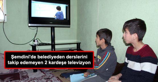 Şemdini'de belediyeden derslerini takip edemeyen 2 kardeşe televizyon
