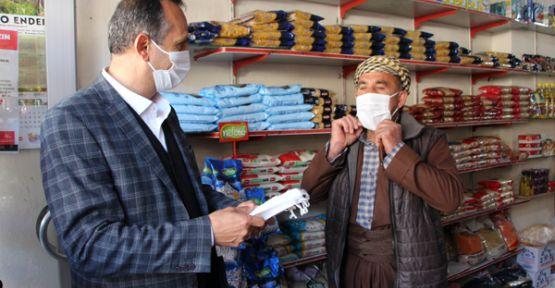 Şemdinli Belediye Başkanı Tahir Saklı, maske dağıttı