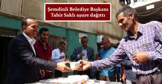 Şemdinli Belediye Başkanı Tahir Saklı aşure dağıttı