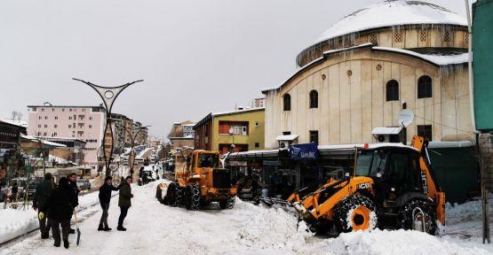 Şemdinli Belediyesi'nden kar temizleme çalışması