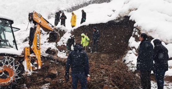 Şemdinli Belediyesi'nin su arıza giderme çalışmaları devam ediyor
