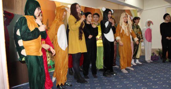 Şemdinli'de çocuklar, tiyatro ile renkli ve neşeli bir gün geçirdiler