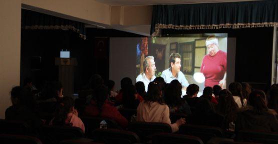 Şemdinli'de öğrencilere film izleme etkinliği düzenlendi