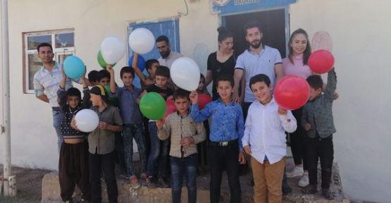 Şemdinli'de sağlık çalışanları öğrencilere İlköğretim Haftası hediyesi dağıttı