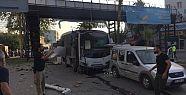 Adana'da polis otobüsünün geçişi sırasında...