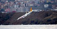 Trabzon'da yamaca saplanan uçak vinçle...