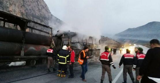 Yolcu otobüsü TIR'a çarptı: Ölüler ve yaralılar var