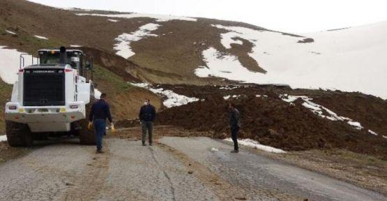 Yüksekova'da heyelan... 11 köy ve mezranın yolu kapandı