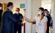 Şemdinli Belediye Başkanı Saklı, kadın çalışanlara karanfil ve gül dağıttı