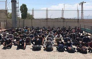 Van Erciş'te toplu halde yürüyen 113 Afgan...