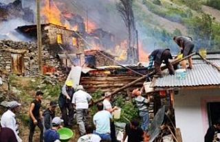 Artvin Yusufeli'nde yangın: 33 ev yandı