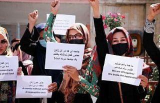 Taliban'dan kadın öğrencilere peçe, sınıflara...