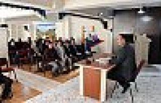Şemdinli Belediye Başkanı Tahir Saklı, personellerle...
