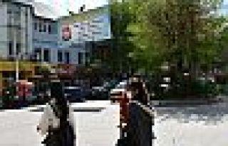 Valilik Dersim Belediyesi'nin 1 Mayıs pankartını...