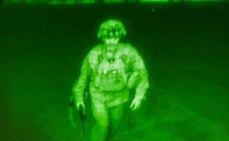 20 yıllık işgalin kaotik sonunun simgesi: Afganistan'ı terk eden son ABD askeri