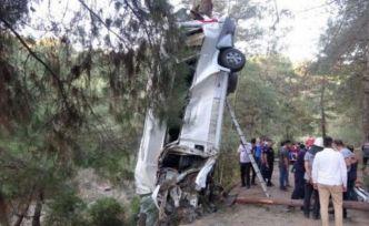 Türbe ziyaretinden dönen kafile kaza yaptı: 8 ölü, 11 yaralı