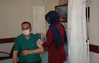 Şemdinli Belediye Başkanı Tahir Saklı, Covid-19 aşısı oldu
