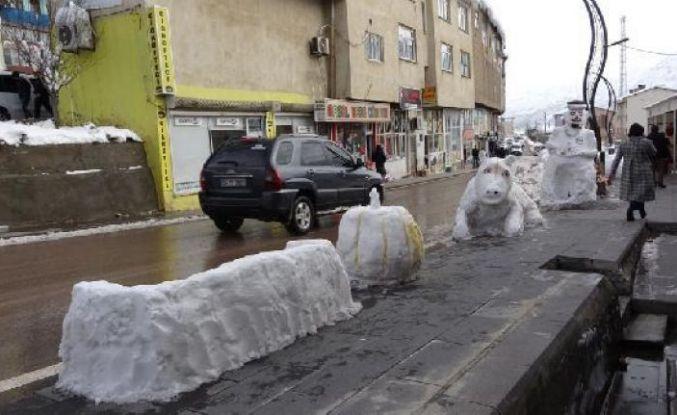 Şemdinli'de esnafın yaptığı kardan otomobil, kabak ve kanepe ilgi odağı oldu