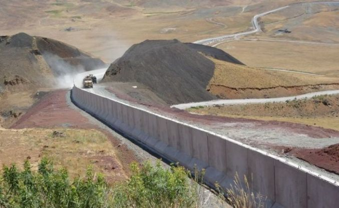 İran sınırında kaçak geçişleri engellemek için beton duvar örülüyor